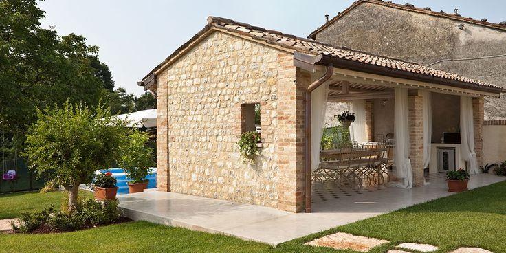 Il restauro conservativo di un antico rustico in provincia di Treviso è stato realizzato combinando diverse soluzioni di calcestruzzo decorativo Ideal Work.