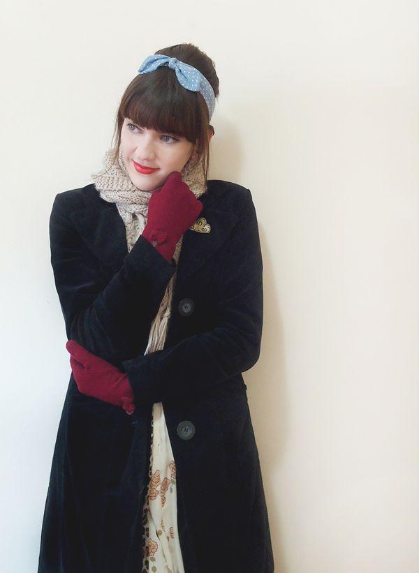 O frio está chegando. Para inspirar o look de inverno: casaco preto, com luvas marsala e lenço para deixar o visual mais estiloso e quentinho.