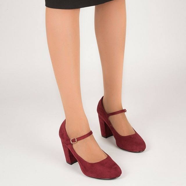 ТУФЛИ ЖЕНСКИЕ ANDRES MACHADO 5108ANTE БОРДОВЫЕ Туфли в стиле Мэри-Джейн изготовлены из качественной эко замши. Удобная застежка с помощью узкого ремешка. Красивая позолоченная пряжка придает обуви изюминку. Высокий удобный каблук столбик высотой 9,5 см в размерах 32-35 и 11 см в размерах 42-45. Внутри использован материал в цвете обуви, на стельке золотым шрифтом указан размер и бренд обуви Производитель: Andres Machado Код товара: AM5108ANTEVINO 👣 Размеры: 35; 43; 44; 💰 Цена: 3,090 ГРН…
