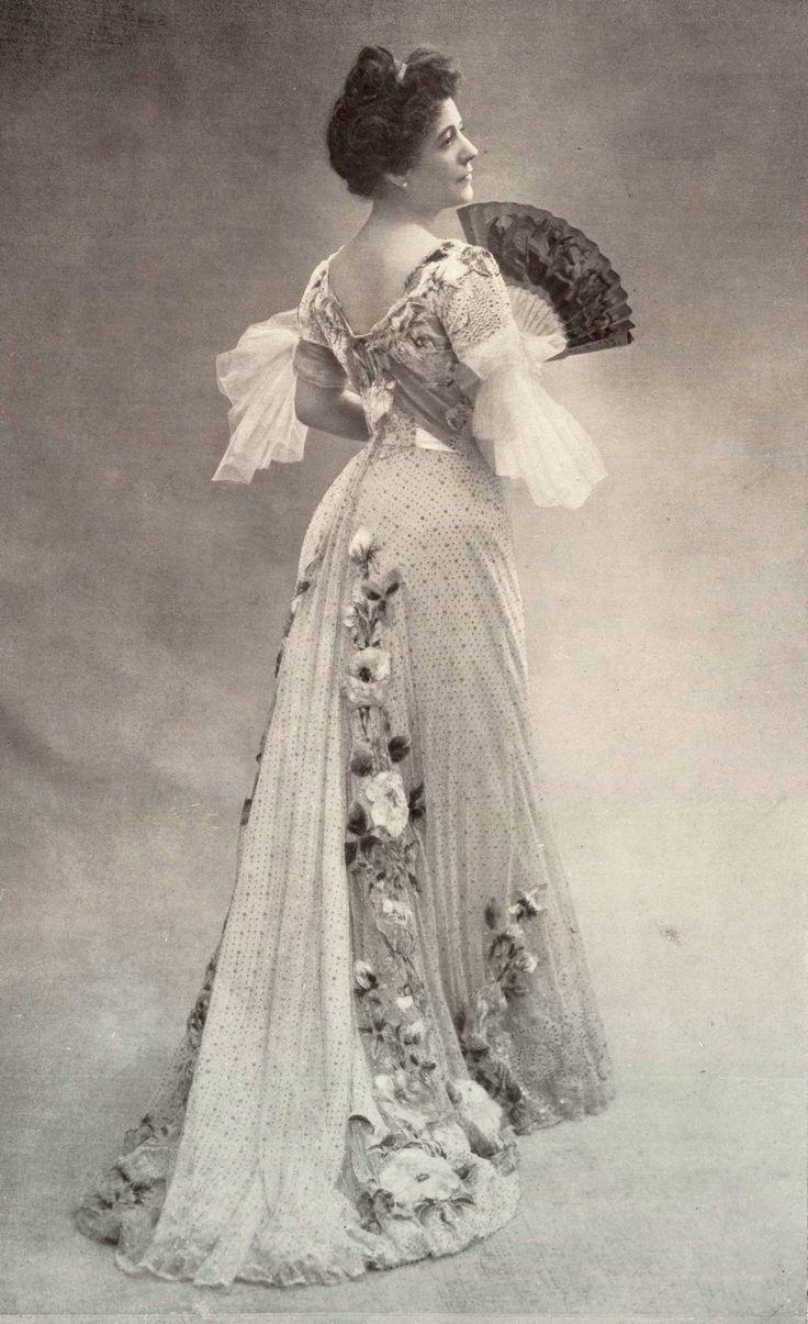 Novembre 1901, Les Modes Paris - Mme Rosa Bruck au Théâtre du Vaudeville porte une robe Doucet