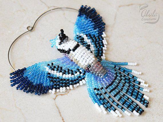 Cet oiseau perlé 3D peut être utilisé pour capteur de geai bleu, décor de fenêtre, ornement oiseau Geai bleu, collier oiseau, oiseau amoureux cadeau, décor suspendu ou Figurine d'oiseau. Il est inspiré par le Geai bleu.  > Dimensions approximatives: W 3 3/4 po (9,5 cm) H 3 3/4 po (9,5 cm) et 4 1/2 pouces (11,5 cm) avec la pendaison de fil D 1 pouce (2,5 cm)  === options de finition 4 ===  > 1. Capteur / décor de fenêtre / miroir Decor Avec cette option, ce magnifique oiseau perlé est livré…