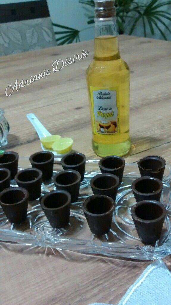 Licor de Pequi com gotas de limão servido em copinhos de chocolate!