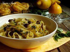Queste semplici tagliatelle al limone con prezzemolo e olive nere sono un primo piatto veloce da realizzare e molto leggero. Ottimo quando si ha poco tempo.