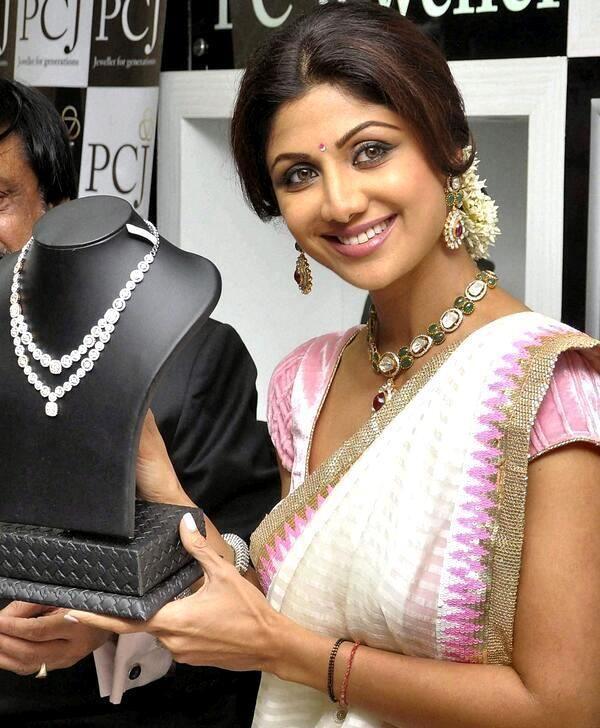 Shilpa Shetty inaugurates jewellery showroom in Mangalore