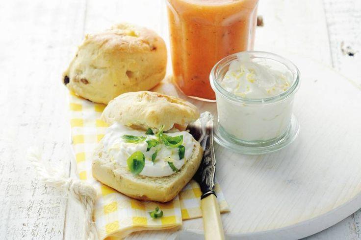 Niets zo lekker als warme scones: samen met de smoothie een heerlijk ontbijt. - Recept - Allerhande