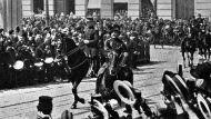 De Belgische koning Albert I op weg naar het parlement.