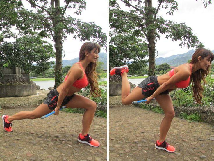 <FORTALECIMIENTO DE GLÚTEO Y CUÁDRICEPS> Coloca el palo de escoba abajo de tu pierna izquierda que esta flexionada. Tómalo con las dos manos mientras la pierna de atrás está estirada. Activa tus abdominales y, según se muestra en las foto, llevas el talón hacia atrás, hasta tratar de alcanzar a tocar el glúteo con el talón. Haz 3 series de 25 repeticiones, con cada pierna. --> Beneficios: endurecer y crear músculos fuertes en las piernas, especialmente en los cuádriceps y glúteos.