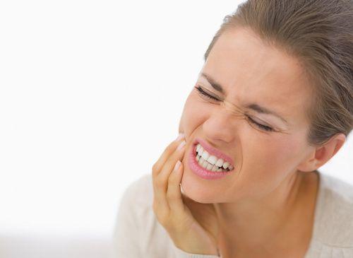 Difficile de supporter une douleur dentaire ! En attendant le rendez-vous chez le dentiste, il est parfois utile de calmer la douleur en utilisant des produits naturels comme l'ail, le clou de girofle ou le bicarbonate de sodium. Top 3 des meilleurs remèdes de grand-mère pour soulager des maux de dents.