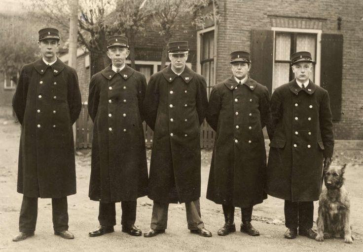 Vijf nachtwakers van de Eerste Gooische Nachtveligheidsdienst op een rijtje, samen met een hond. Hilversum, Nederland, 1932.