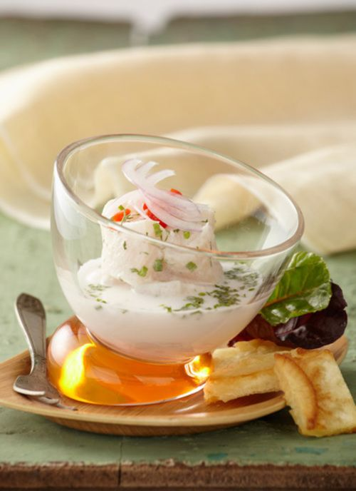 El ceviche es un plato de los mares colombianos que se acostumbra a comer tanto frío como caliente. Elabora esta receta con ingredientes de las comunidades del sur de la región pacífica de Colombia, ideal para una comida especial. Receta de la chef Leonor Espinosa