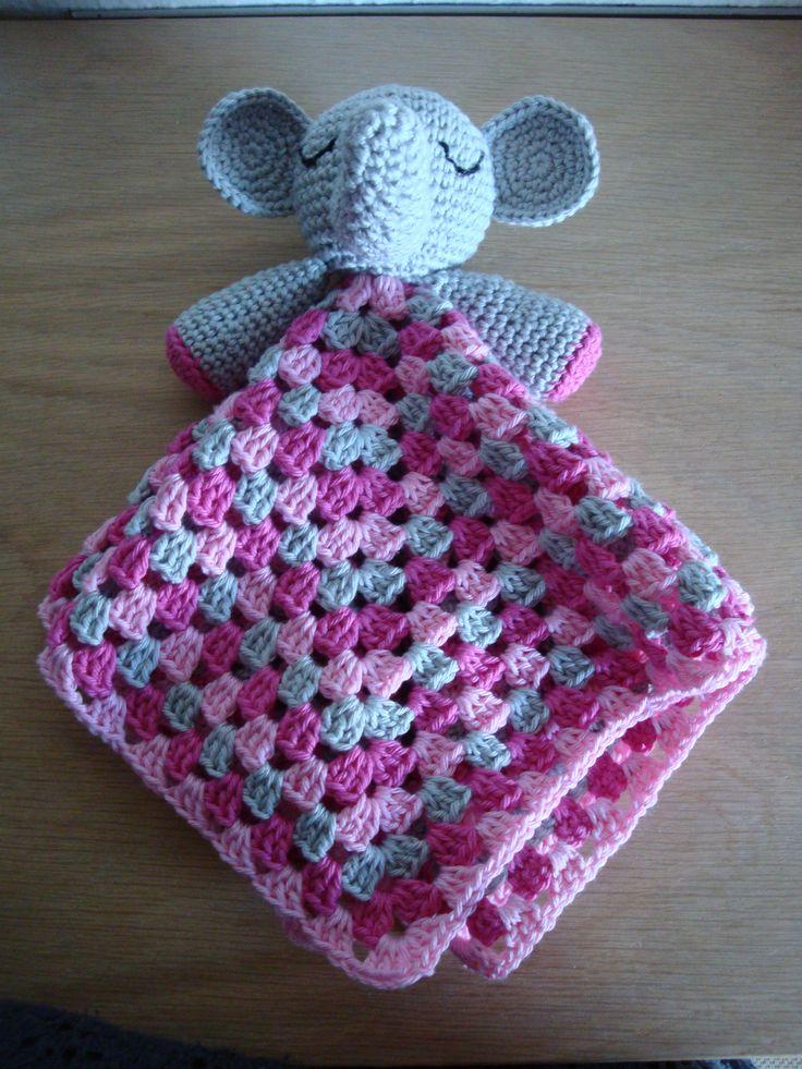 (Made by Susanne Elfrom Nguyen) Hæklet sutteklud. Opskrift til elefant fundet på http://www.dendennis.nl/amigurumi-designs/crochet-elephant-snuggle/