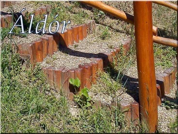 Csiszolt akácfa oszlopokból kerti lépcső