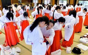 Miko (巫女). Traditional faith of Japan, that of women serving God. 日本の伝統信仰、神に仕える女性のこと。