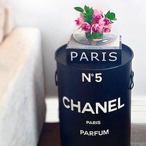 #mulpix Tonel Chanel e arranjo de flor by @silvanacaldeira_flores  Acessem nosso site e confiram as novidades:  WWW.CONTUDODECOR.COM.BR AV. COTOVIA, 627 MOEMA SP  SEG - SEX das 10:00 às 19:00  SÁB 10:00 às 17:00 🚚LOJA ONLINE ☎️11 38043181 📲11 941837414  #decor  #home  #homedecor  #topdecor   #top  #inlove  #contudodecor  #contudodecora  #contudodecoronline