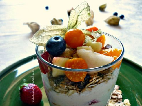 Macedonia con yogurt, müsli alchechengi (Fruit salad with yogurt, muesli alchechengi)