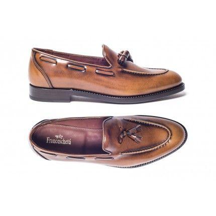 Pantofola Elena: Pantofola donna con nappine e mocassino in vitello tamponato a mano colore marrone chiaro, fondo cuoio, doppia cucitura Blake Rapid