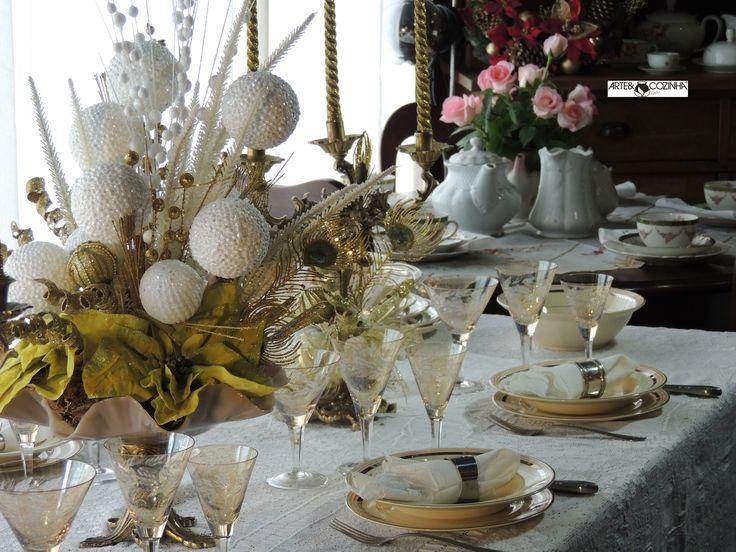Mesa decorada por Heda Seffrin em tons dourado e branco em combinação com os copos de cristal em cor âmbar, cor presente da época.  Fotografia:Simone Seffrin  Acervo:loja de Antiguidades em Novo Hamburgo