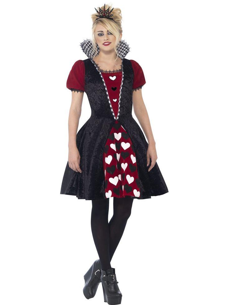 Goottiprinsessa. Tummanpunaista, näyttävää mekkoa koristavat mustat ja valkoiset sydämet ja mekkoon kuuluu myös liivimäinen musta jakku, jonka kaulukset ovat ruutukuvioiset.