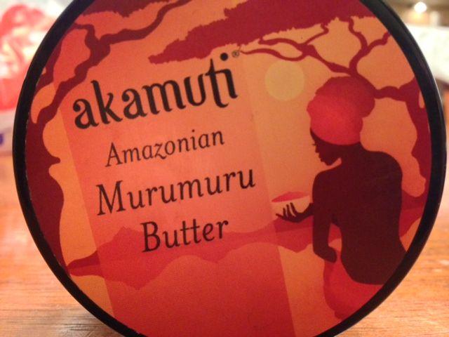 Maslo murumuru je vďaka svojej zjemňujúcej schopnosti špeciálne vhodné pre ľudí všetkých etník s kučeravými,vlnitými vlasmi, ktoré sú mnohokrát nepoddajné a hrubé. Maslo murumuru vytvorí na vlasoch obal, ktorí spôsobí, že sú poddajné a lepšie upraviteľné. Udržuje v nich vlhkosť, pomáha kontrolovať brčkavosť a spevniť kučery. Zvyšuje prirodzený lesk a pomáha ho dosiahnuť i unaveným, chemicky ošetreným vlasom, zničeným farbením alebo inak poškodeným.