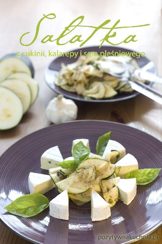 Sałatka z cukinii i kalarepki z serem pleśniowym - #przepis  http://pozytywnakuchnia.pl/salatka-z-cukinii-kalarepki-i-serka-plesniowego/  #cukinia #kalarepa #salatka