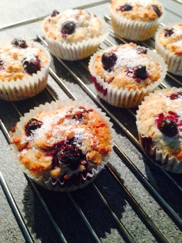 Muffins ai mirtilli, cocco e nocciole RIPIENI - Leggeri e vegetariani - realizzati con latte di soia,olio di cocco, zucchero, farina di riso, vanillina, lievito, cocco a scaglie, nocciole, tritate, mirtilli, marmellata di mirtilli.