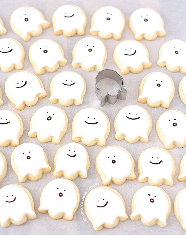 How cute are these little ghosts?? Love how you can dress up a simple sugar cookie for Halloween!