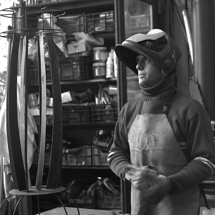 Frédéric LAVAUD - urodził się w Bordeaux w 1967 roku. Obecnie mieszka i pracuje w Lille. Rzeźbą zajmuje się od 2001 roku. Wystawia w galeriach na terenie Francji, Belgii, Holandii. Jego prace pokazywane były na targach w Lille, Brukseli i Tilburgu. Na pierwszy rzut oka infantylna, inspirowana dzieciństwem twórczość Frédérica LAVAUD, jest w rzeczywistości owocem przemyślanej ekspresji artystycznej. Rzeźby artysty są poetycką wizją uniwersum zaklętego w zardzewiałych konstrukcjach.
