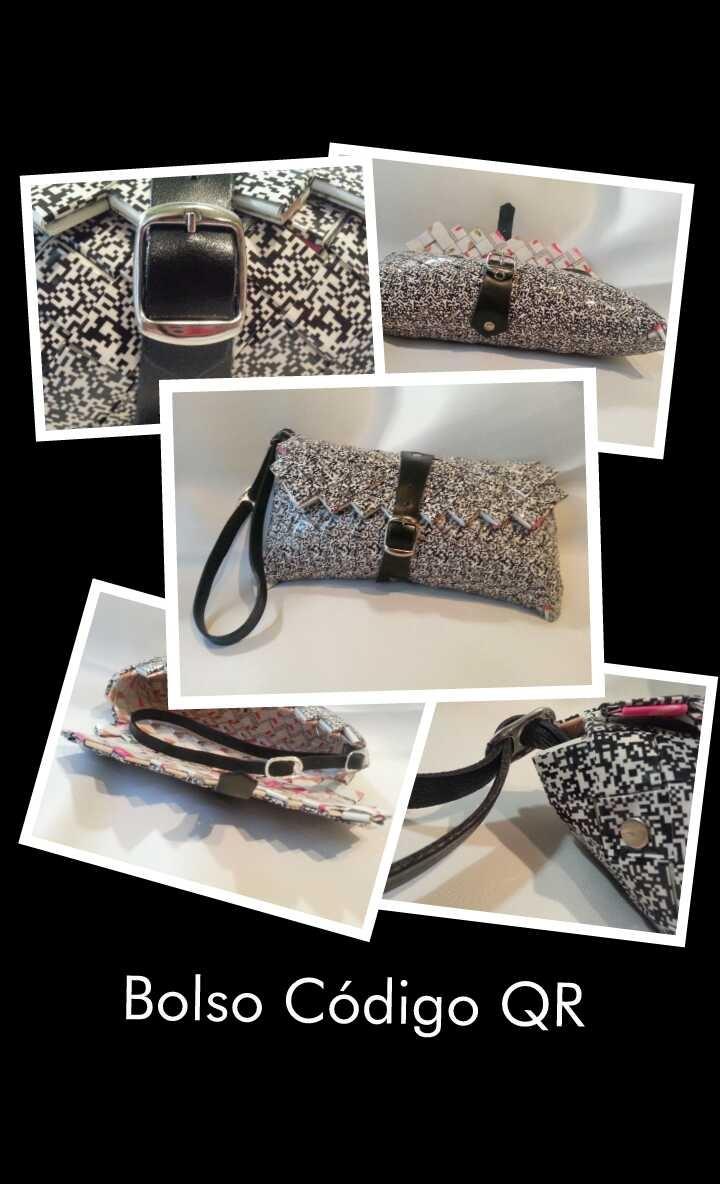 El bolso Código QR es un bolso de mano con cierre de hebilla y correa de cuero negro, rematado con anillas de refresco de cola y remaches. Dimensiones: 20 x 9, 5 x 2 cms. (largo x alto x ancho)