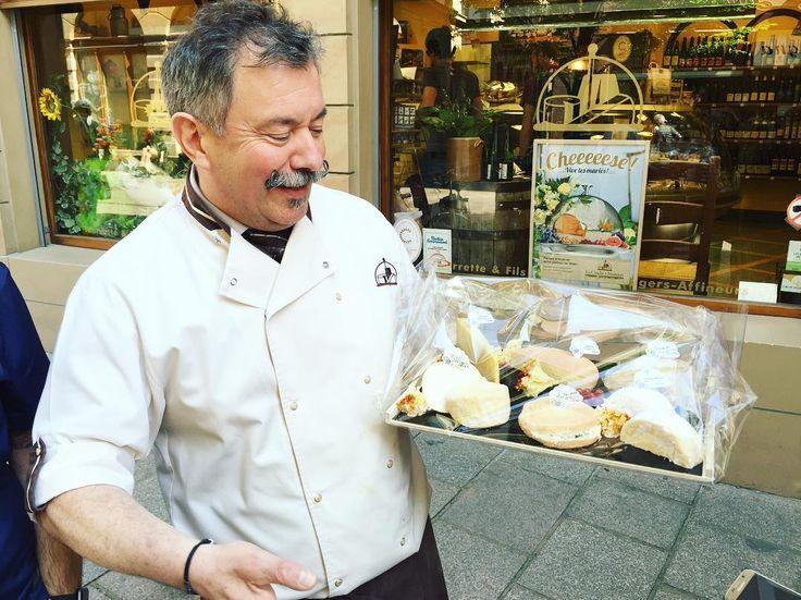 Rencontre 🧀  Aujourd'hui j'ai fait un parcours gourmand avec les @ambassadeursalsace et @foodandcitytours_strasbourg ! 😁  Rencontre (ici) avec Yves de La Cloche à Fromage 😍  🔜 je vous en parle bientôt sur le blog !   En attendant profitez bien de votre samedi ensoleillé dans un parc ou sur une belle terrasse 🍻😎☀️  #strasbourg#fromage#cheese#yummy#foodporn#tour#tourist#alsace#foodalsace#strasmiam#meetup#foodie#foodagram