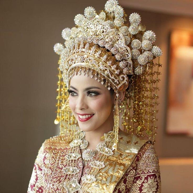 Good morning! Yuk mulai hari ini dengan inspirasi pengantin Riau!  Walaupun kostumnya meriah, namun makeup @adiadrian_ds ini ternyata mampu menyeimbangkannya tanpa terlihat berlebihan walau memakai lipstick merah! Stunning ya!  Photo by @fotologue_photo Dress by @poppykarim