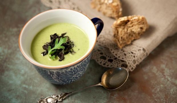 Kesäkurpitsa-sienikeitto ja sienipatonki | Tarjoile lempeä keitto rapsakan patongin kera!
