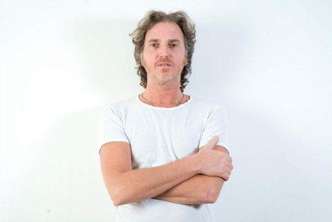 julien baer bras croisés fond blanc JULIEN BAER « DROLE DE SITUATION » (1) @ galerie chappe