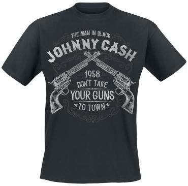 """Oryginalna koszulka Johnny Cash - Take Your Guns  Detale: - nadruk z przodu - dekolt: okrągły - fason regularny  Jesteś pod wrażeniem muzyki Johnny'ego Casha? W takim razie oddaj cześć legendzie i załóż koszulkę """"Take Your Guns"""". Widnieją na niej skrzyżowane rewolwery oraz nspia  przodu """"The Man in Black Johnny Cash 1958 Don't Take Your Guns to Town"""". Wzór zainspirowany został przez utwór z 1958 roku."""