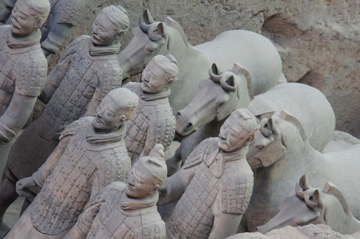 Em 1974, um grupo de camponeses fazia uma das maiores descobertas arqueológicas do século enquanto escavava um poço – descobriram soldados de barro amarelo de tamanho real – o Exército de Terracota. Este exército é um conjunto de fileiras de soldados, arqueiros, oficiais e cavalos que, num conjunto de mais de 7 000, guardavam o …