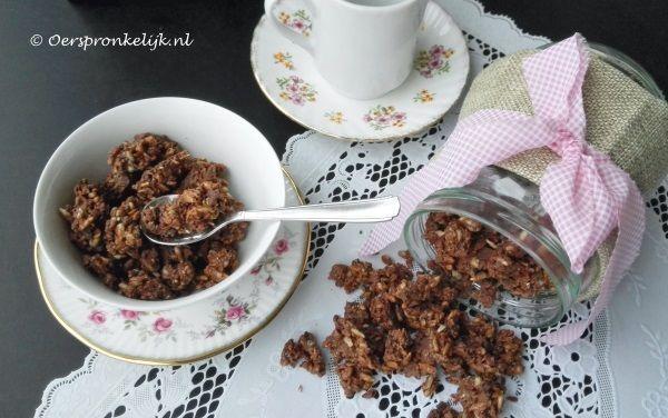 Rawfood Chocolade Cruesli  (notenvrije optie):  •75 gram zonnebloempitten •75 gram kokosrasp •25 gram chiazaad of hennepzaad (of evt. pompoenpitten) •25 gram cacao nibs •1 eetlepels rauwe honing (of naar smaak) •50 ml kokosolie of cacaoboter* •1 eetlepel zonnebloempitpasta of cashewpasta •3 flinke eetlepels rauwe cacao •snufje vanillepoeder (optioneel)  -Smelt kokosolie, honing, zadenpasta, cacao  -Roer tot gladde chocolade massa -Roer de chocolade door droge ingr.