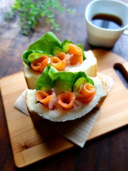 サーモンのオレンジと野菜の緑のコントラストが映える、見た目も楽しいサンドイッチ☆    食パンに切り込みを入れて作るポケットサンドは、簡単なのに見た目も華やかで、こぼれにくくて食べやすいので、お弁当にもおすすめです♪