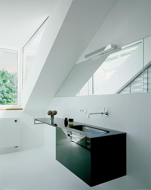 Dachgeschossausbau - München-Lehel - Gästetoilette mit schwarzem Glaswaschtisch - Tina Aßmann