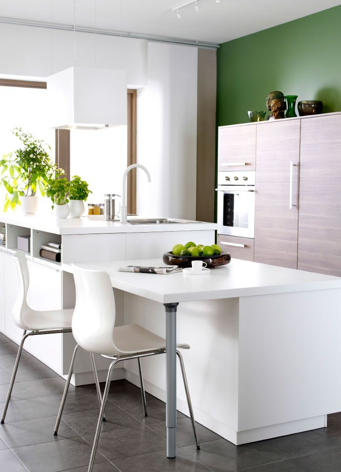 moderna cocina blanca con frentes veddinge y brokhult e isla