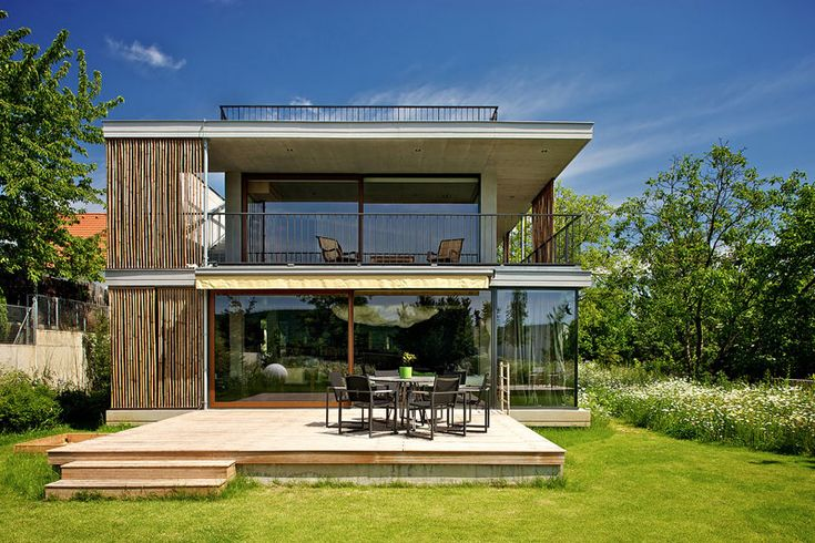Découvrez les plans d'une maison contemporaine avec un toit plat, ainsi que pleins d'autres petites terrasses qui se fondent dans le paysage naturel.