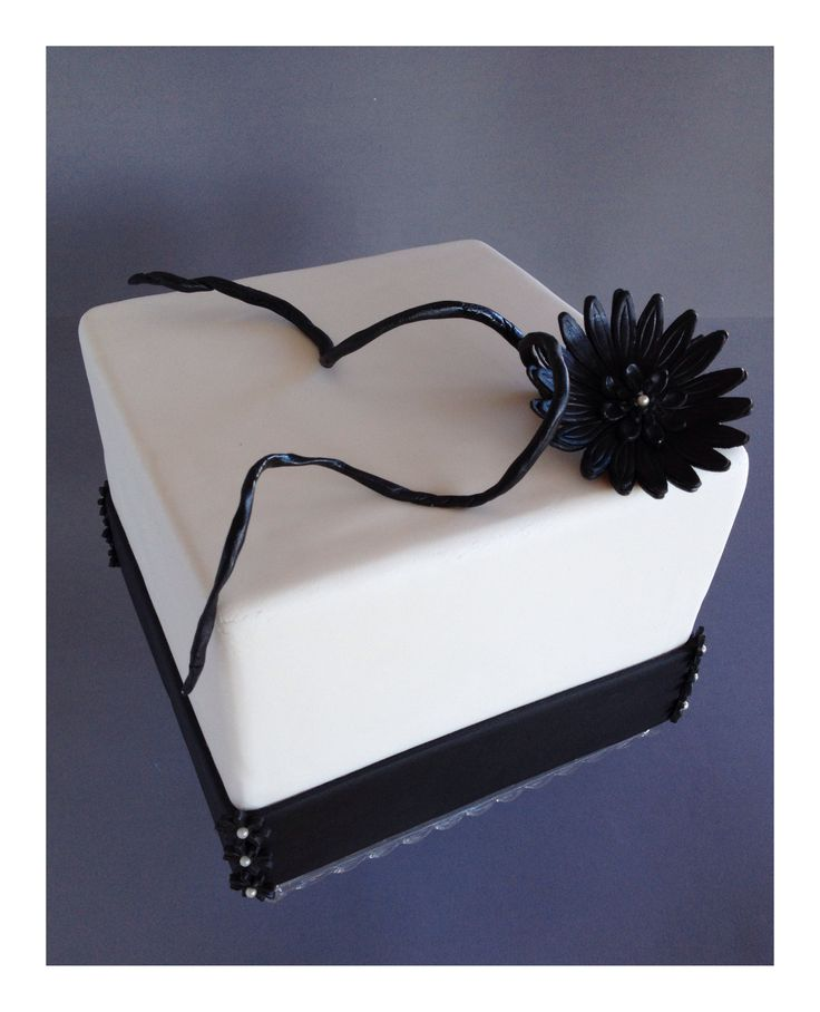 Square black and white wedding cake | SUGAR And SPICE | Pinterest