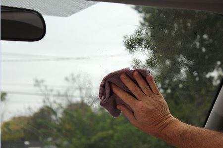 Le nettoyage de l'intérieur d'un pare-brise de voiture est important pour améliorer la visibilité...suivre cette simple astuce