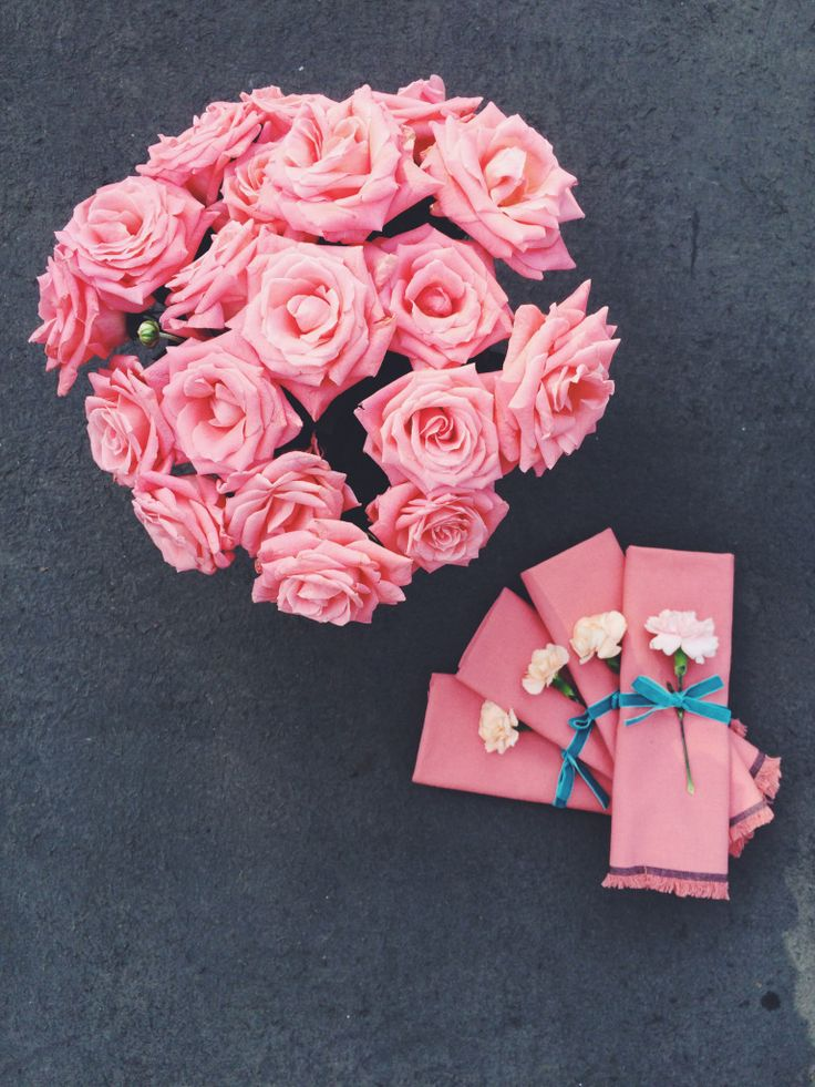 Pink napkins and cloves decor. Pink roses bouquet.