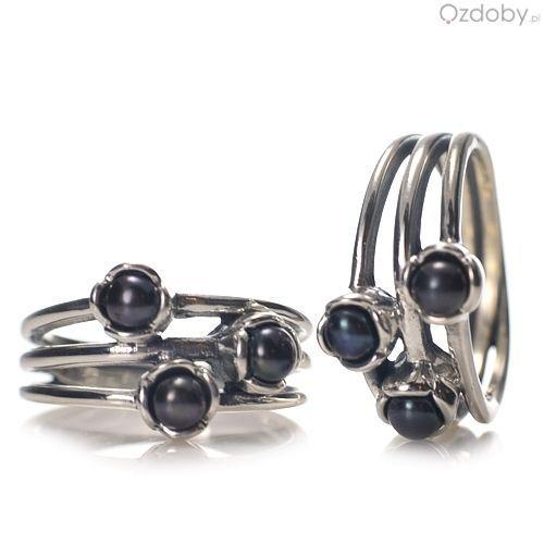 Piękny, srebrny pierścionek z czarnymi oczkami