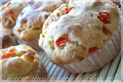 Muffinki z serem feta i czerwoną papryką juz w piecu :)z dodatkiem oliwek i churka posypką z cheedara i pestek słonecznika