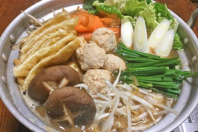 そろそろ鍋料理が恋しい季節です。そこで、石川県の郷土料理「とり野菜味噌なべ」の素を作りましょう。たくさん作ってストックしておけば、おにぎりの具や味噌ラーメンのトッピングにも大活躍! 「とり野菜味噌」の作り方 鶏肉はもも肉を使用し、ごま油でコクを出します。 【材料】 ・鶏ももの挽肉:300g ・味噌:300g ・玉ねぎ:中2個 ・長ねぎ:1本 ・にんにく:ひとかけ ・酒:100cc ・ごま油:大さじ2