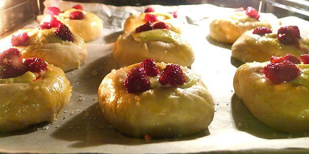 Fastelavnsboller med vaniljecreme og hindbær