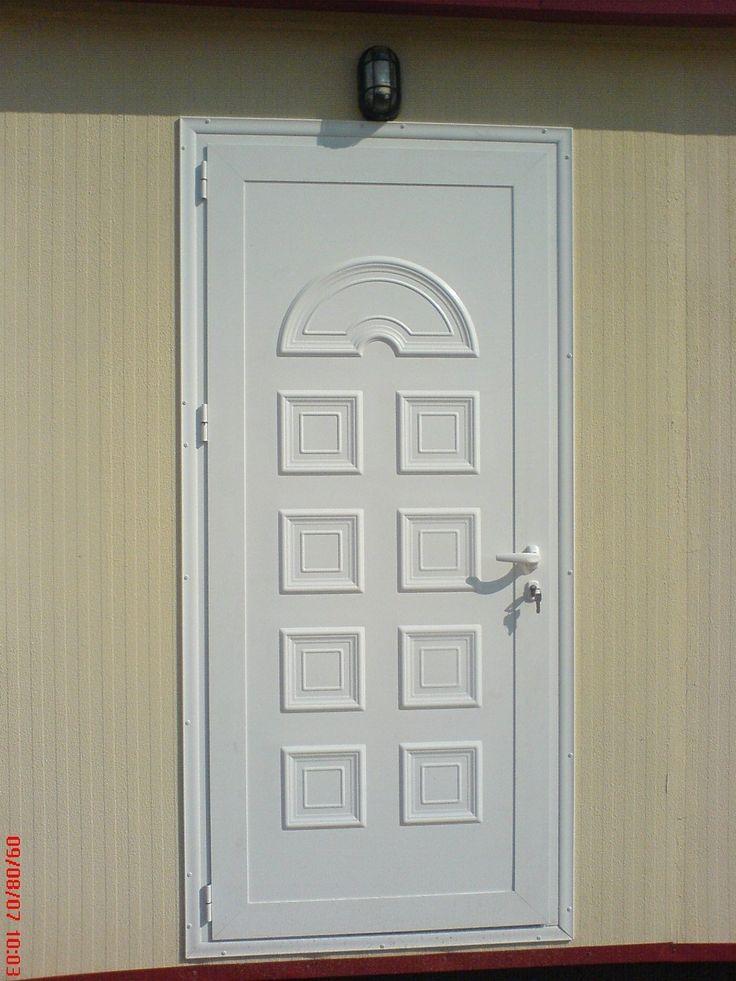 Λεπτομέρεια από πόρτα από πρεσσαριστό πάνελ αλουμινίου.