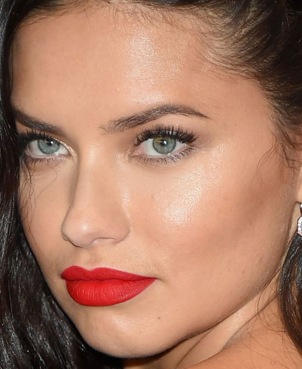 Close-up of Adriana Lima at the 2015 White House Correspondents' Dinner. http://beautyeditor.ca/2015/04/29/white-house-correspondents-dinner-2015
