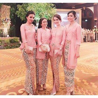 Instagram photo by kebaya_inspiration - Pinky pink with a hint of brown on the #kain. So pretty. Regram from @reinitaarlin  #kebayainspiration #kebaya #Indonesia