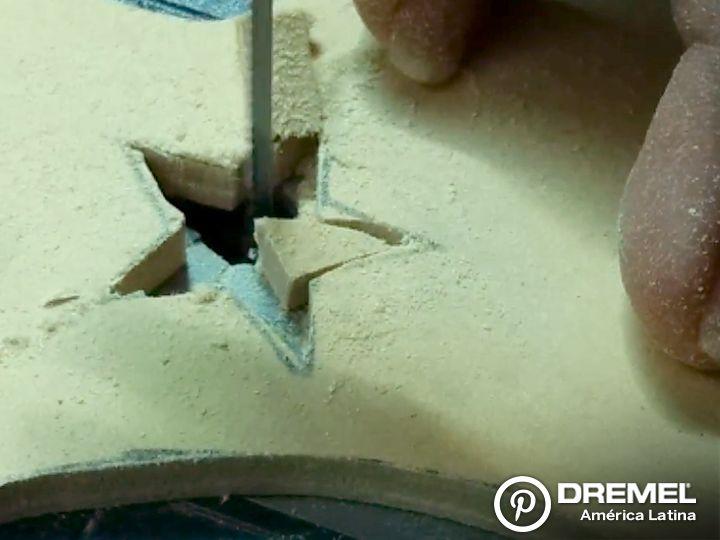 Paso 4-b) Luego cortar los bordes en detalle y dar el contorno al calado siguiendo el trazado del diseño.